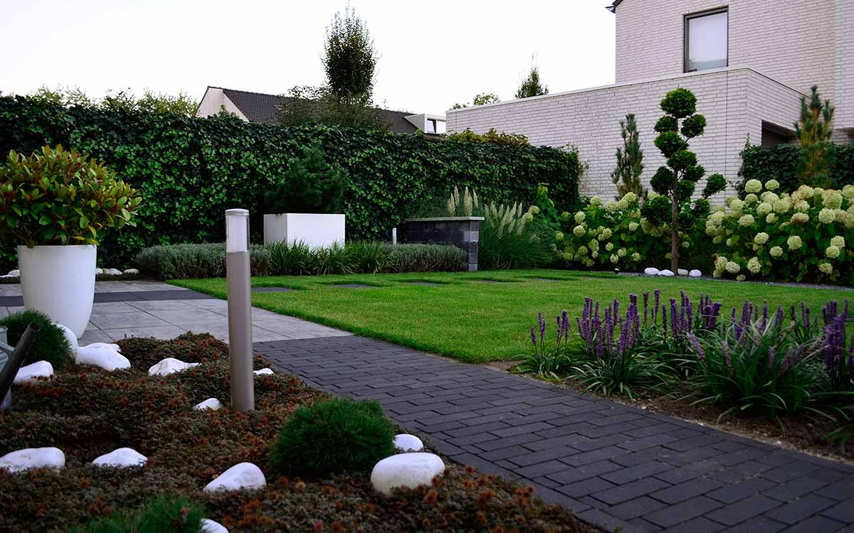 Moderne tuinen onderhoudsarme moderne tuin de groot for Strakke tuinen met siergrassen