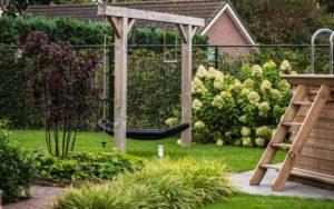 Een kindvriendelijke tuin met schommel